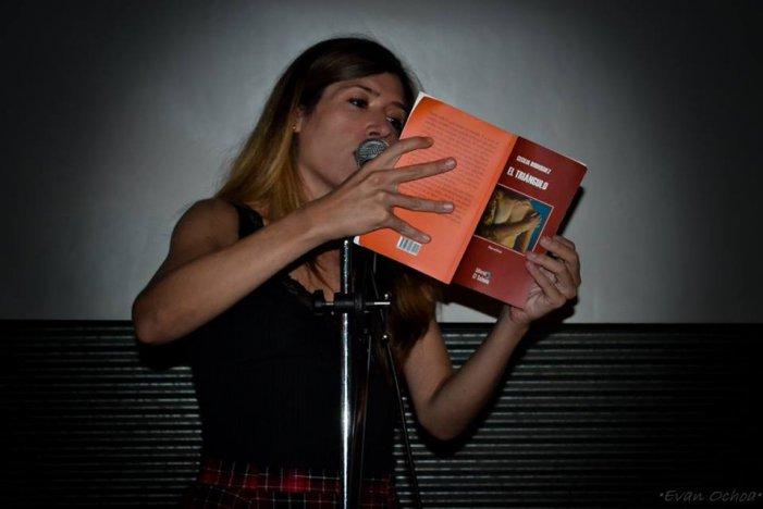 Cecilia Rodríguez leyendo en la presentación del libro. Foto: Evangelina Ochoa